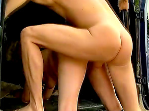 Whorish Amanda gets her fucked in her arse in a car
