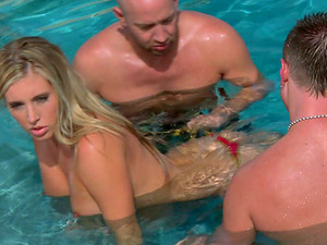 Astonishing Honey Samantha Saint Gets Wild Threesome Outdoors