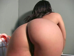 Victoria Allure gives skillful oral job in glory fuck hole room