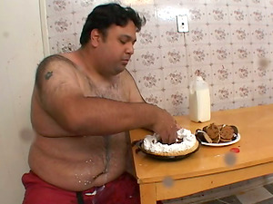 Fat dude with puny penis slurps a cake and gets a blowage