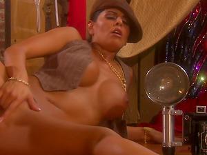 Mikayla Mendez luvs masturbating her hairless twat