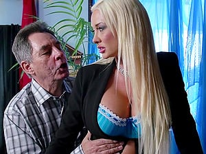Long-haired stunner Summer Brielle gets her cootchie fucked remarcably well