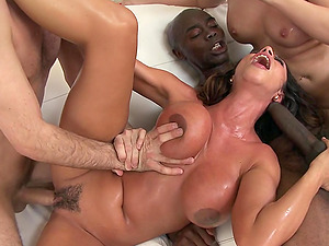 Blazing Cougar Shrieks While Being Feasted In An Interracial Hook-up