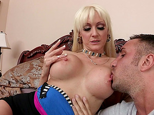 Sizzling Hot Cougar Luving A Fantastic Missionary Style Fuck In Her Bedroom