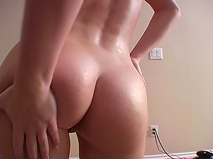 Hot Culo Teenager Oiling Her Figure In A Close Up Shoot Indoors
