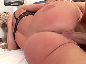 Andi Anderson treats rectal fuckhole with a large fuck stick and labia dicked