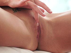 Enthralling solo model with a smoking hot bum masturbates with a thick hitachi