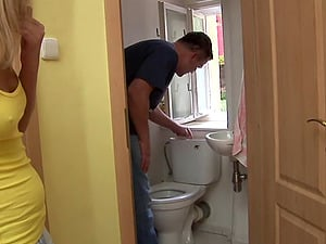 Unexperienced plumber gets lucky with a promiscuous sexy blonde