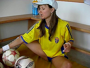 Sporty solo model drills her twat with a faux-cock in the switching room