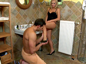 Foot worship hook-up in the bathtub with a delicious blonde honey
