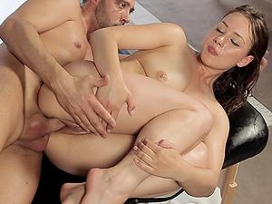 Massagist makes this gorgeous chick sense good with his manstick