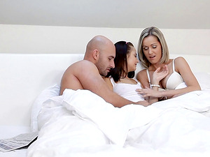 Wake up for a xxx threesome with slender stunners