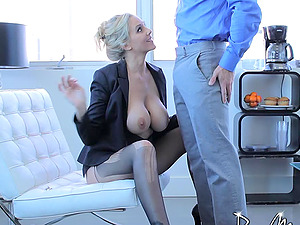 Mummy looks stunning as she bounces on his dick
