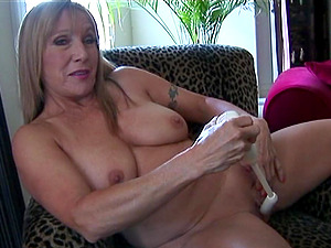 Hot granny simply loves pleasing her beaver with a fucktoy