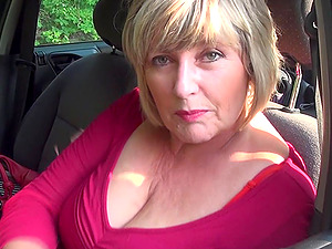 Hot shoot displaying big booty matured BBW masturbating in car