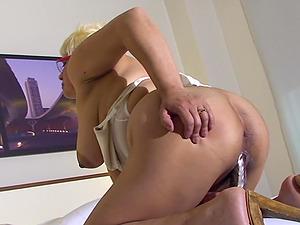 Brief hair matured blonde drilling her snatch using big fucktoy