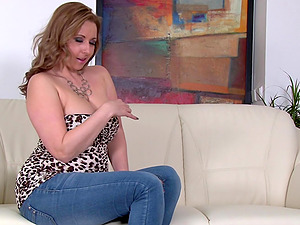 Busty mature blonde MILF Daria Glower takes off her tight jeans