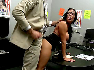 Dark-haired Chief Uncovers Her Boss´ Massive Dong