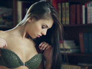 Sexy set of brassiere and underpants on this exceptionally beautiful model who the camera loves
