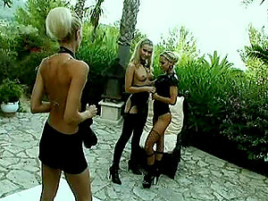 Two Blonde Queens Playing With Each Other´s Pussy's