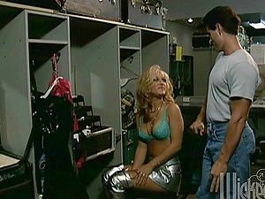 Sexy Female with a Hot Bum Fucked Gonzo in a Dressing Room