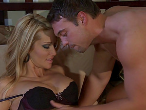 Horny Cougar Gets Her Hairless Twat Serviced