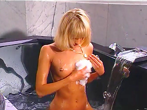 Hot romp in a bathtub with the sexy blonde Tammi An in antique clip