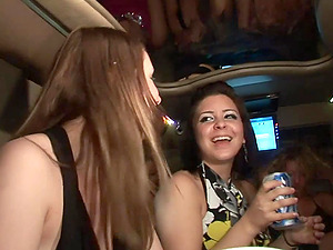 Sexy soiree femmes flash their tits and booties in a limousine
