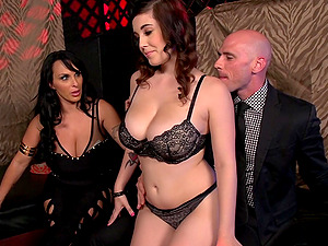 Gorgeous Cougar With A Hairless Vulva Lovin? A Threesome Fuck In A Nightclub