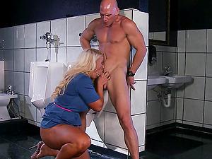 Dazzling Cougar With Big Tits Providing A Superb Oral job