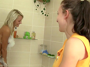 Nicole And Sabrina In Gonzo Lesbo Bath Session