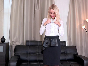 Alina Bell pisses and playthings her cootchie in awesome piss-fetish solo clip