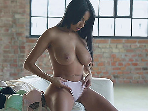 Dreamy solo beauty Anissa Kate makes her beaver jummy with a plaything