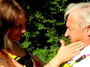 Hippie chick gets rammed by and old dude in the park