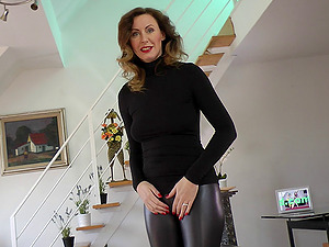 Tearing up a fuck-hole in her leather pants to love a hard prick