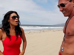 Lifeguard stunner meets a man at the beach and gets culo fucked
