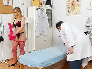 Gynecologist examines his curvy mature patient and her cootchie