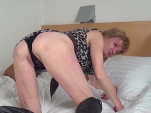 Cougar in leather boots uses her free time to have fun with the beaver