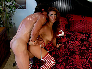 Horny duo celebrates Christmas with a good gonzo fucking