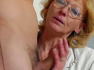 Experienced housewife with glasses impales herself on the man rod