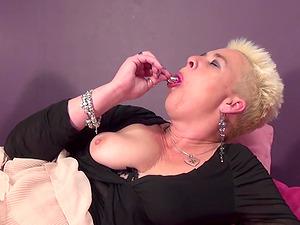 Nasty mature wench gets to pleasure her orgasmic twat