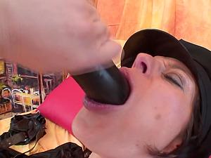 Promiscuous mature bint Isabela luvs pleasing her moist cunt