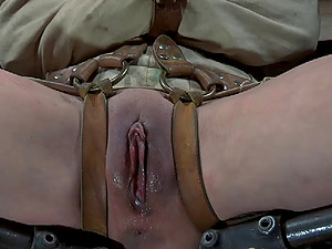 Chained victim hump crevice getting screwed with big plaything when tormented