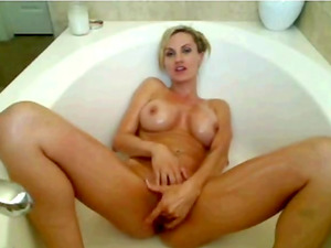 Watch a sexy ass white gurl have some tub fun