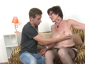 Short haired granny Ryanne puts her mature mouth to a good use