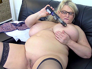 Mature BBW Sammy Sanders plays with herself for the cameras