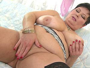 Short haired mature lady Moira V. in a hot solo play action