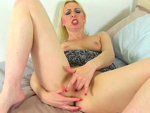 Tracey Lain knows how to use her dildo to satisfy her needs