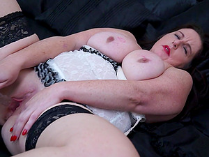 Mature BBW Jessica Jay strips and stuffs her pussy with toys