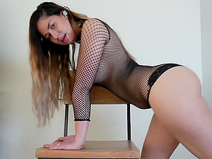 Cute chick shaking her beautiful big booty with a buttplug in front of camera